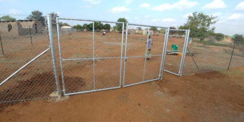 Nieuw hekwerk Bangana school