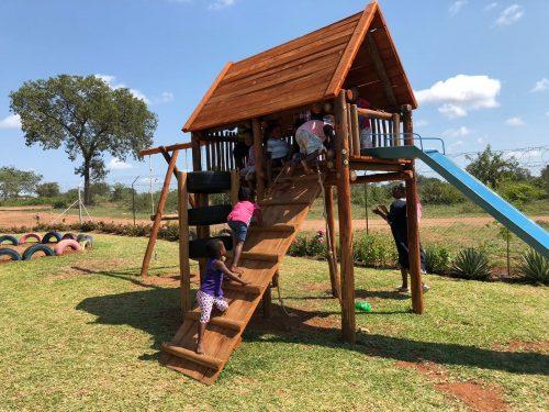 Nieuw speeltoestel voor Boitumelo school